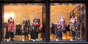 """Quels sont les avantages des vitrines """"frameless"""" -sans cadre- pour votre magasin"""